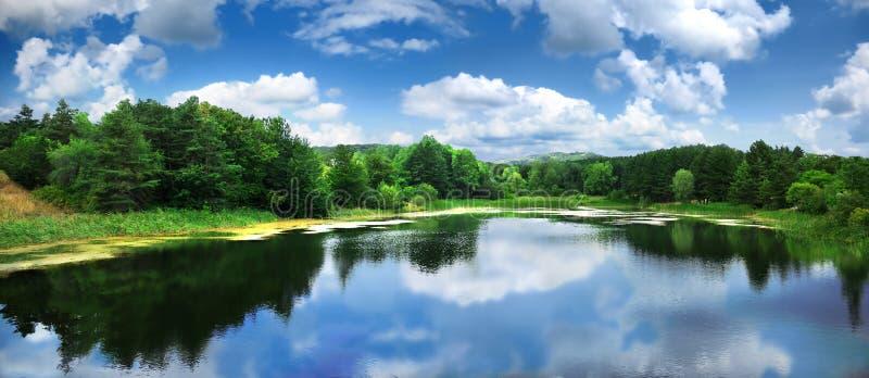 Lago grande na parte superior da montanha foto de stock royalty free