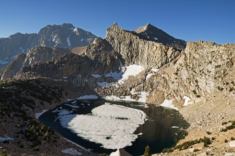 Lago grande pothole y montaña anónima de la pirámide fotografía de archivo libre de regalías