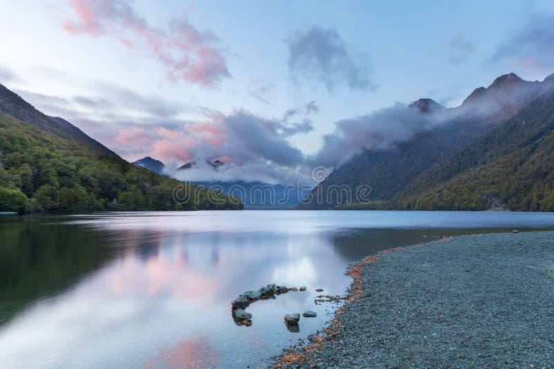 Lago Gunn en la salida del sol, Fiordland, Nueva Zelanda fotografía de archivo libre de regalías