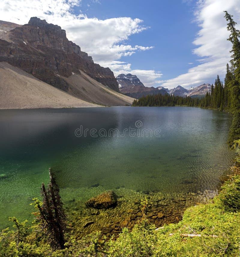 Lago Haiduk e canadense áspero Montanhas Rochosas do parque nacional de Banff dos picos de montanha fotografia de stock royalty free