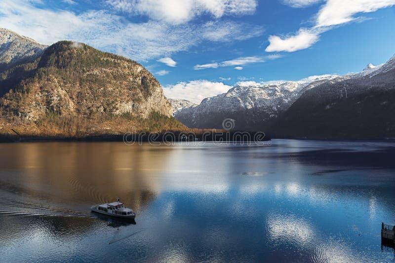 Lago Hallstatt en las montañas con el transbordador, Salzkammergut, Austria fotografía de archivo
