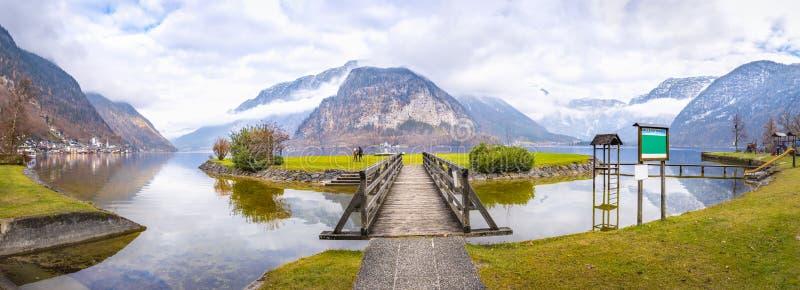 Lago Hallstatter y las montañas fotografía de archivo