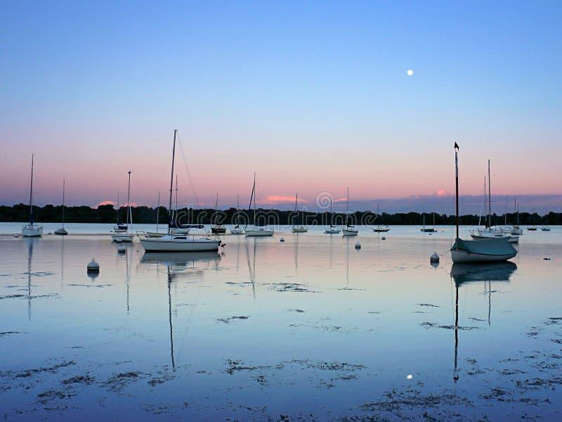 Lago Harriet Sailboats no por do sol imagens de stock