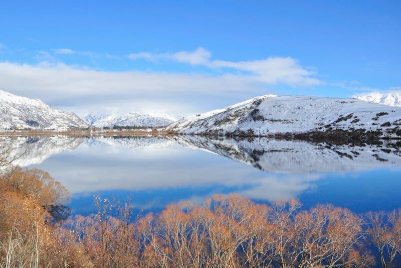Lago Hayes com reflexões da montanha da neve fotografia de stock royalty free