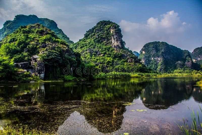 Lago hermoso con la vista de montañas fotografía de archivo libre de regalías