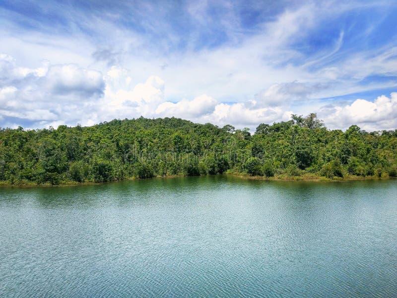 Lago hermoso con paisaje del cielo azul imagen de archivo