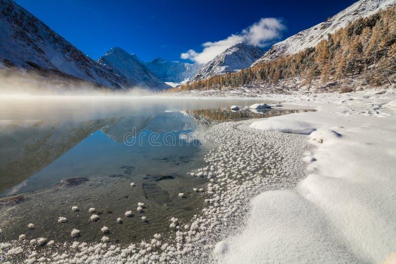 Lago hermoso de la montaña en el amanecer después del nevadas fotos de archivo libres de regalías