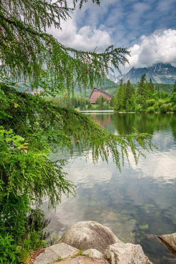 Lago hermoso de la montaña en Strbske Pleso en montañas del theTatra fotografía de archivo libre de regalías