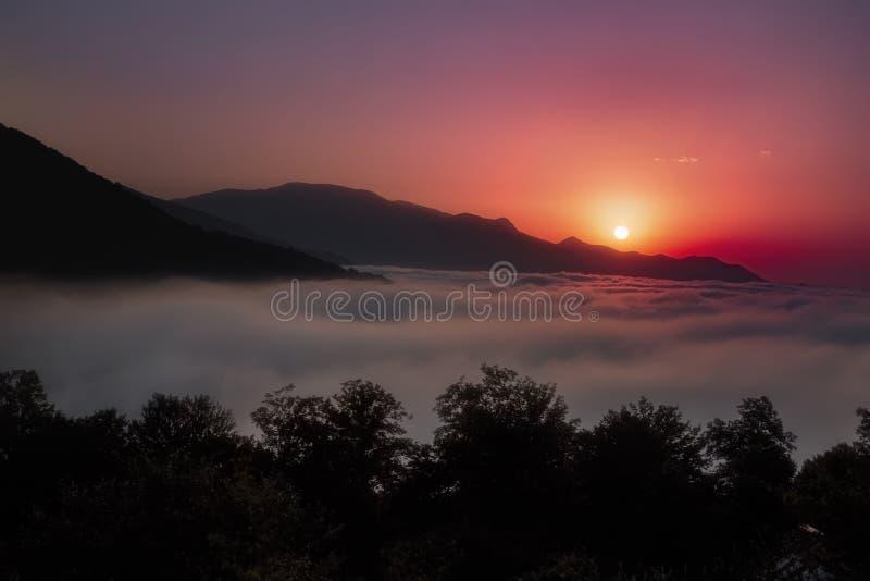 Lago hermoso de la puesta del sol y de la nube imagen de archivo