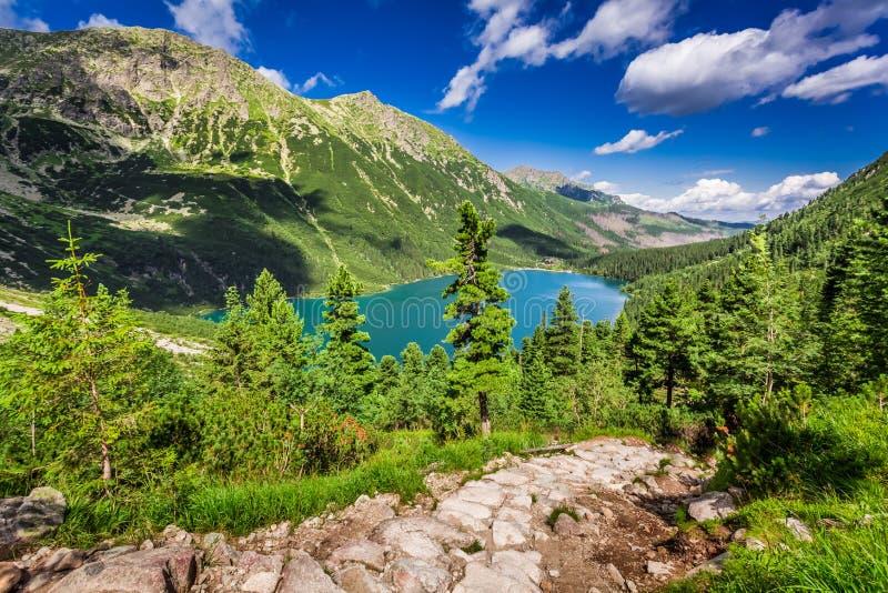 Lago hermoso en el medio de las montañas en el verano fotos de archivo