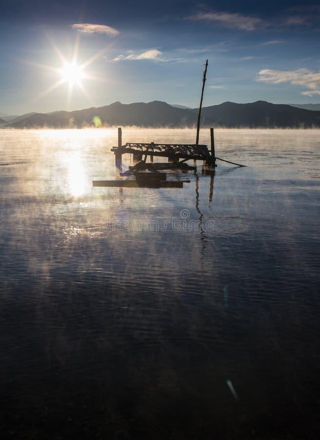 Lago hermoso en la salida del sol en montañas del otoño fotografía de archivo libre de regalías
