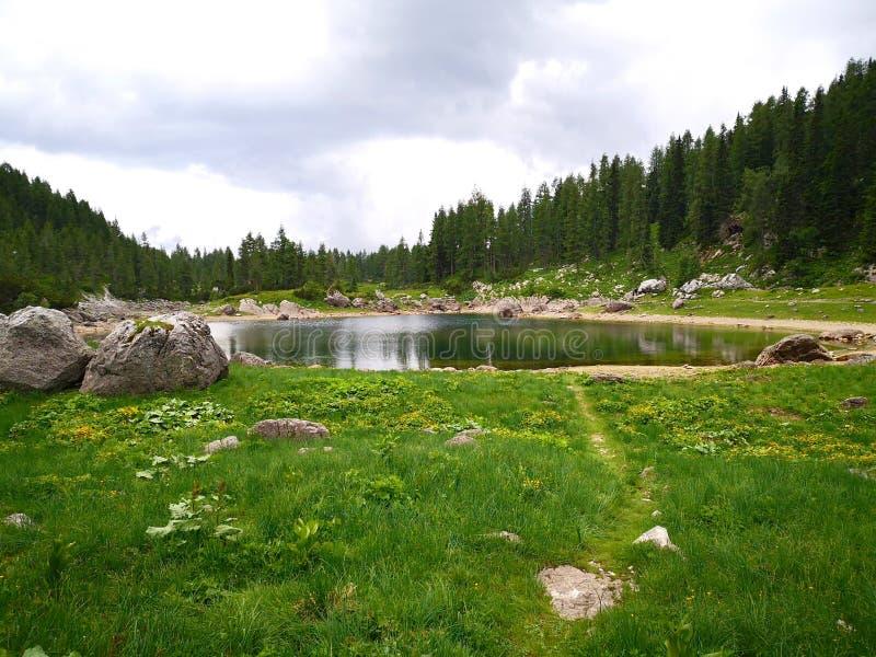 Lago hermoso en montañas eslovenas cerca de Triglas imagen de archivo