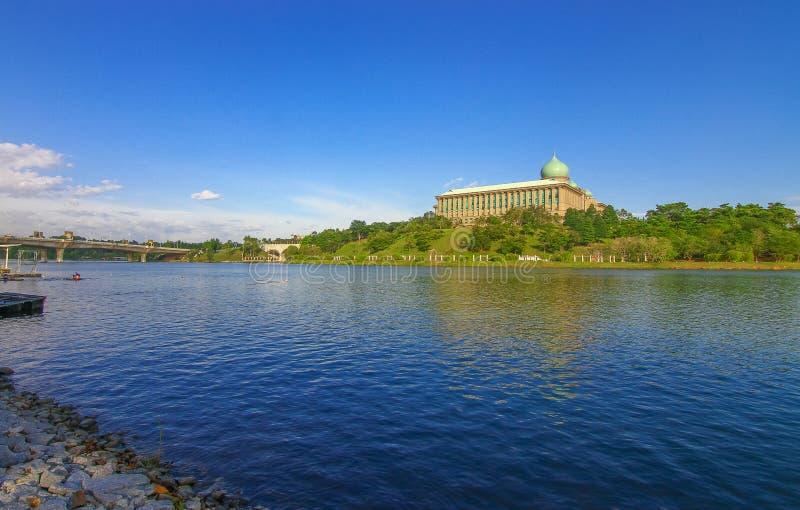 Lago hermoso en Putrajaya Malasia foto de archivo