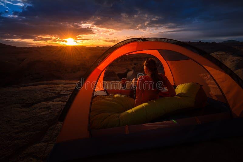 Lago hermoso Powell Reflection Canyon sunrise del verano que acampa fotografía de archivo