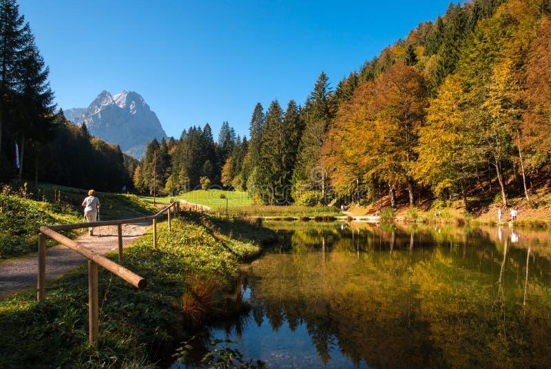 Lago hermoso Riessersee de la montaña en Baviera fotos de archivo libres de regalías