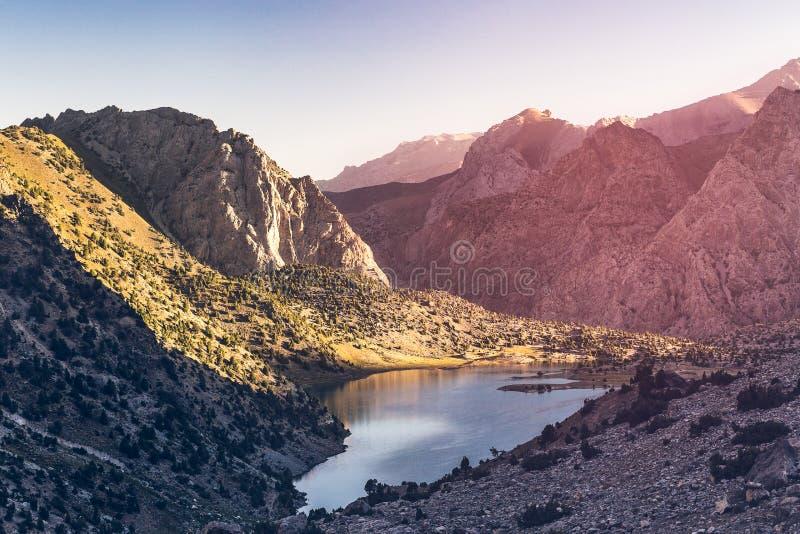Lago hermoso surronding con las montañas coloridas en puesta del sol tajikistan fotografía de archivo libre de regalías