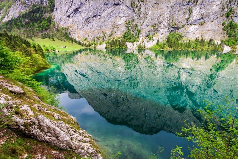 Lago hermoso y azul Obersee en las montañas, Alemania imagen de archivo