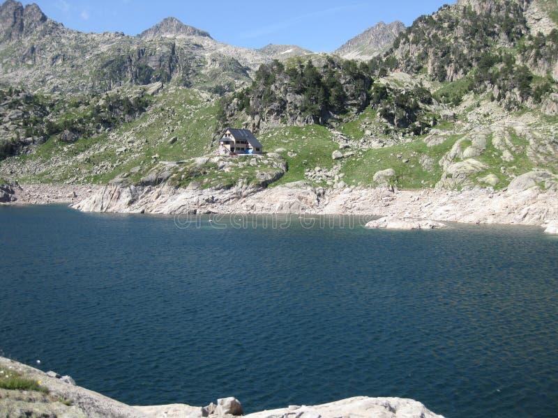 Lago high mountain di colore blu intenso fotografia stock libera da diritti