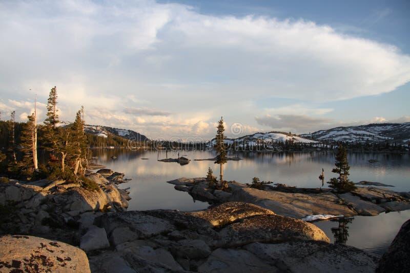 Lago high Mountain nell'ora dorata fotografia stock