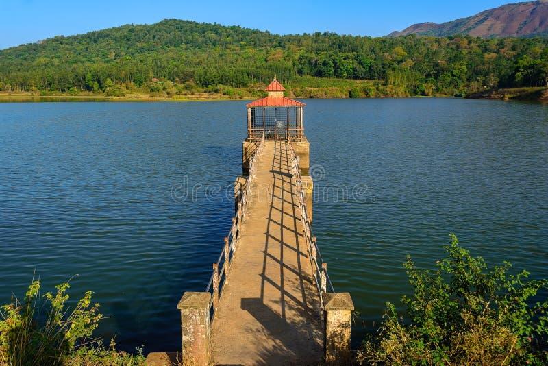 Lago Hirekolale cercado pela cordilheira ocidental de Ghat, Chikmagalur, Karnataka, Índia fotografia de stock royalty free