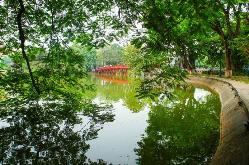 Lago Hoan Kiem em uma manhã bonita fotografia de stock