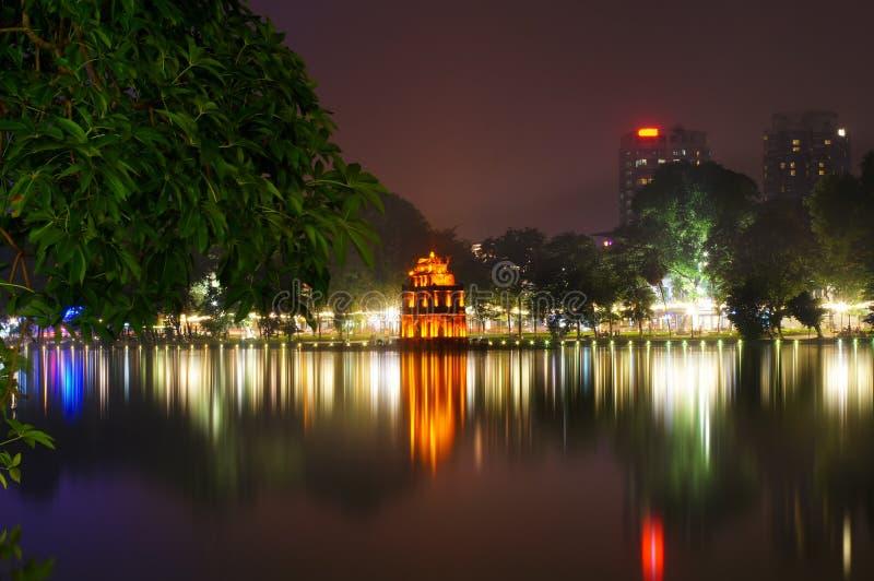 Lago Hoan Kiem en la noche imagen de archivo