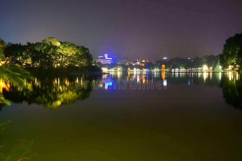 Lago Hoan Kiem na noite imagem de stock royalty free
