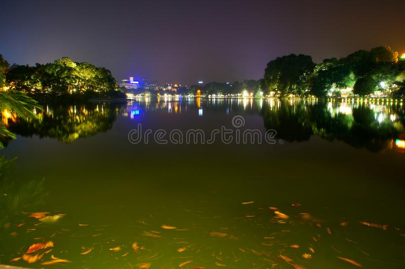 Lago Hoan Kiem na noite fotografia de stock