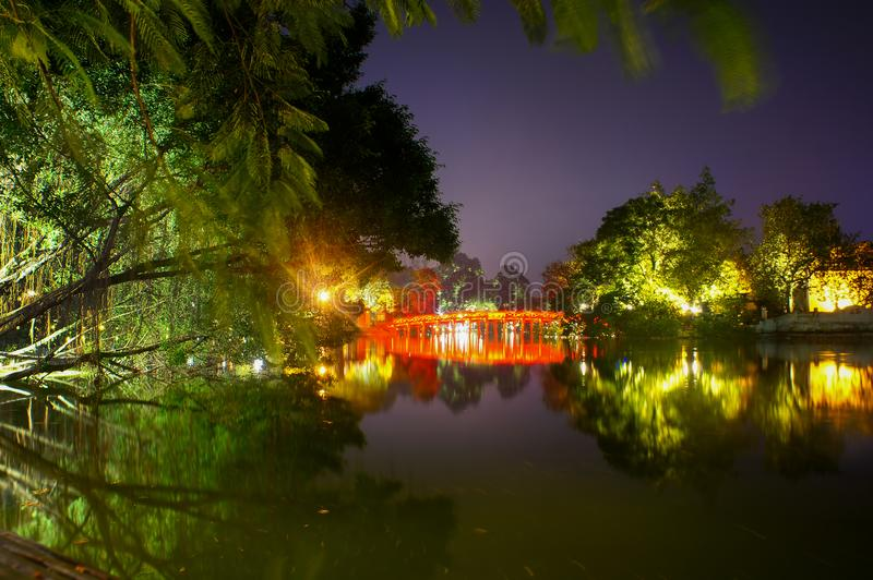 Lago Hoan Kiem na noite fotos de stock royalty free