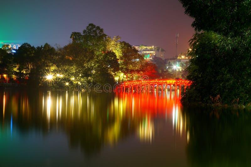 Lago Hoan Kiem na noite imagens de stock