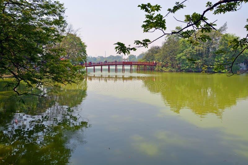 Lago Hoan Kiem y puente rojo en la primavera Hanoi Vietnam fotografía de archivo libre de regalías