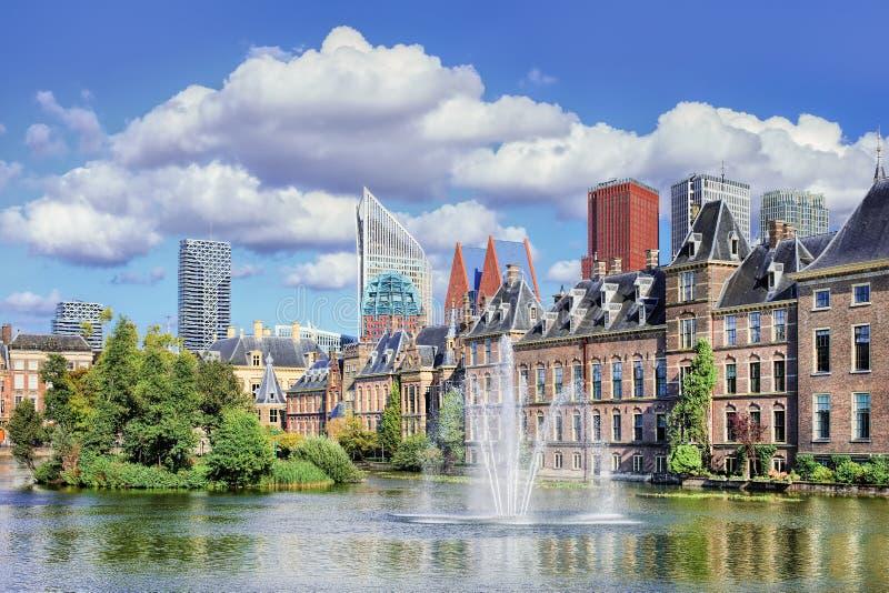 Lago Hofvijver com uma vista no Binnenhof, assento do governo holand?s, os Pa?ses Baixos fotografia de stock royalty free