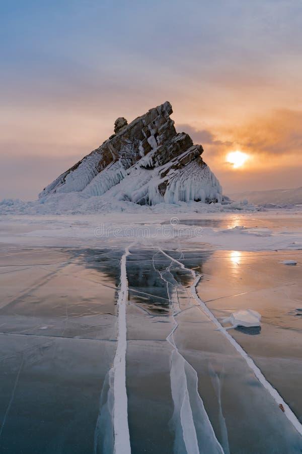 Lago ice water con la montaña del pico de la roca con el fondo de la puesta del sol, Baikal Rusia foto de archivo libre de regalías