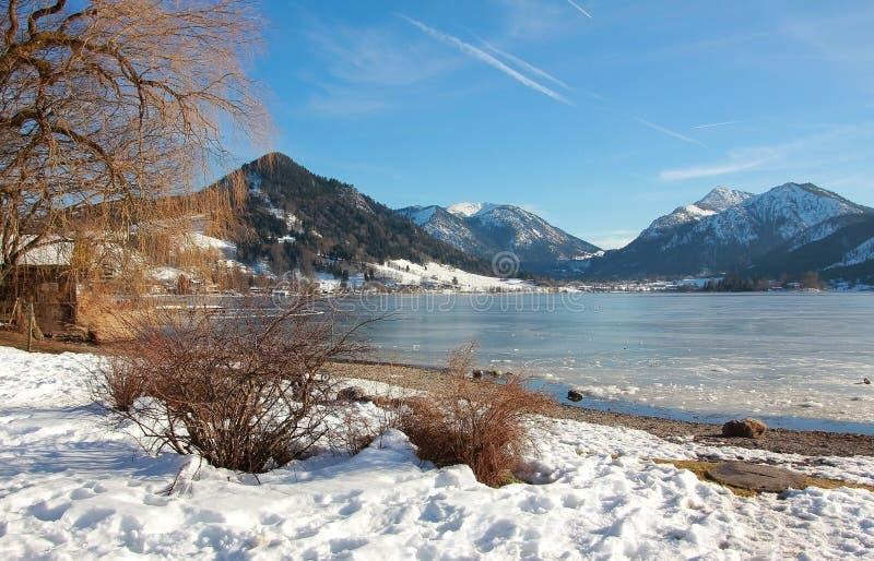 Lago idílico del schliersee en Baviera superior, paisaje del invierno imagen de archivo libre de regalías