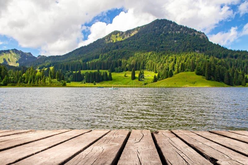 Lago idílico en las montañas - Spitzingsee fotos de archivo libres de regalías