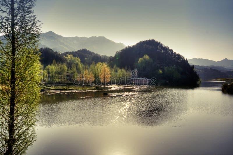 Lago ideal en las montañas foto de archivo