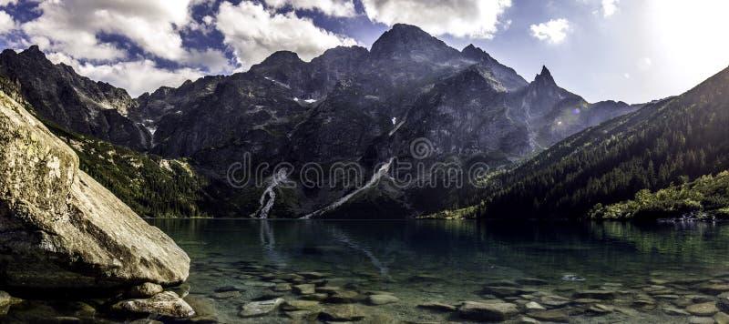 Lago ideal en las montañas foto de archivo libre de regalías