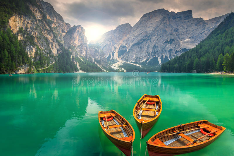 Lago imponente con los barcos de madera en las dolomías, Italia de la montaña foto de archivo libre de regalías
