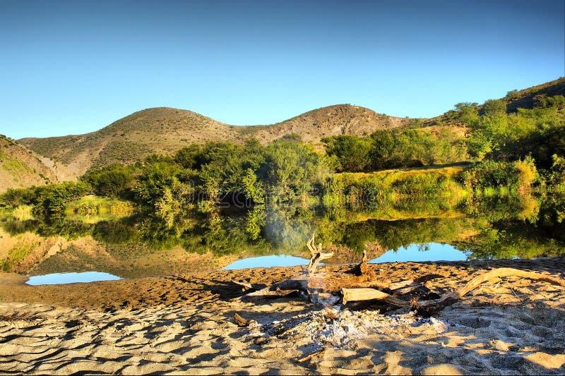 Lago impressionante seguente beach fotografia stock