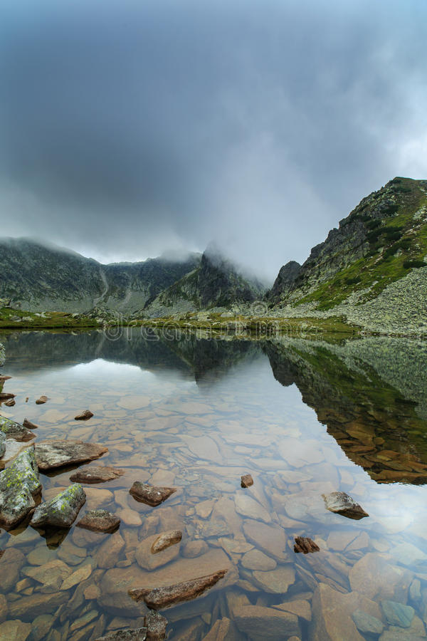 Lago incontaminato del ghiacciaio nelle alpi immagine stock