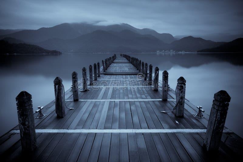 Lago infinito da névoa fotografia de stock