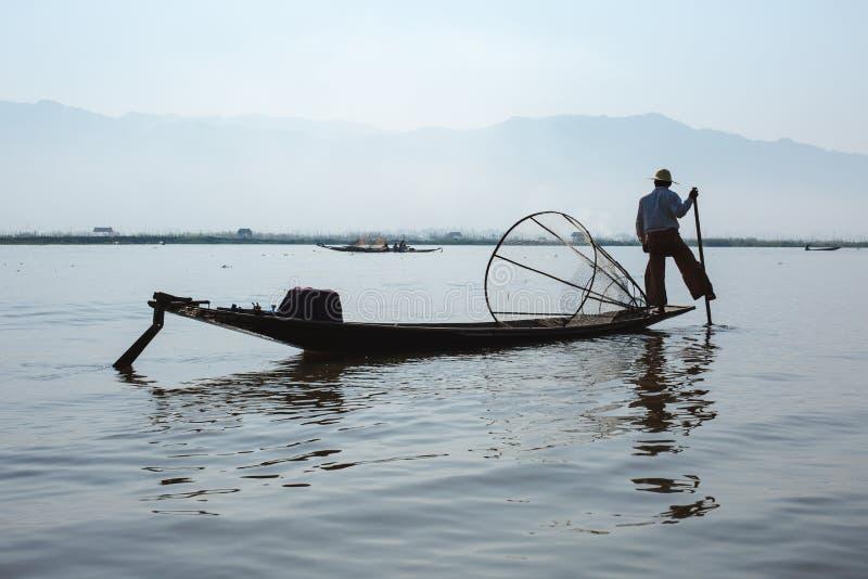 Lago Inle, Myanmar - 25 de fevereiro de 2014: Pescador Rowing His Boat sobre foto de stock royalty free