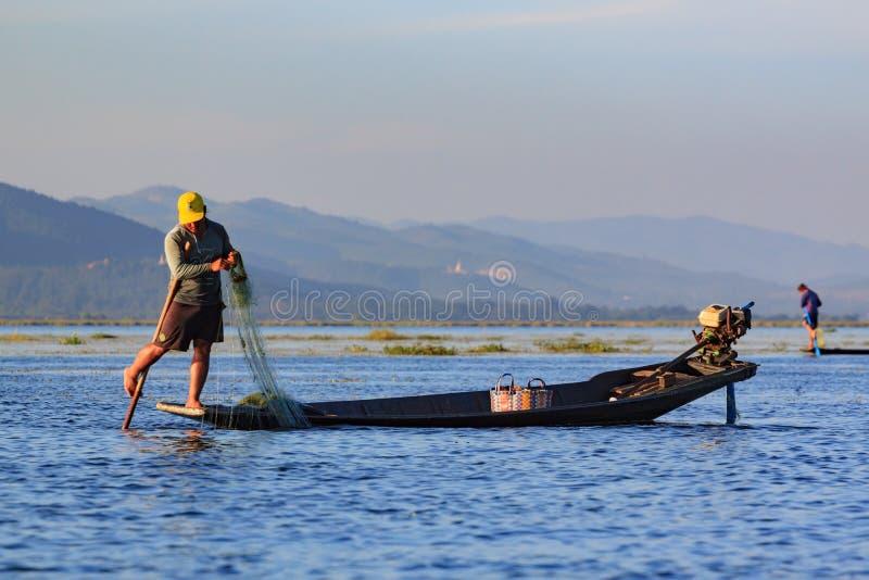 Lago Inle, Myanmar, il 20 novembre 2018 - pescatori autentici che lavorano controllando le loro reti sulle acque del lago Inle fotografia stock libera da diritti