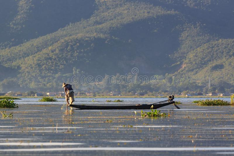 Lago Inle, Myanmar, o 20 de novembro de 2018 - pescadores autênticos que trabalham verificando suas redes nas águas do lago Inle imagens de stock