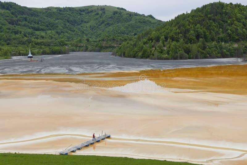 Lago inquinante con la chiesa immagine stock libera da diritti