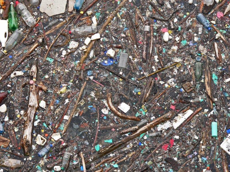 Lago inquinante Inquinamento in acqua Bottiglie di plastica Malattie e malattie fotografia stock