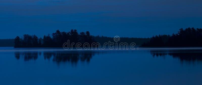 Lago island no azul fotografia de stock