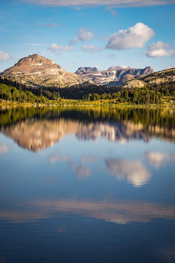 Lago island perto da passagem de Beartooth em Montana imagem de stock royalty free