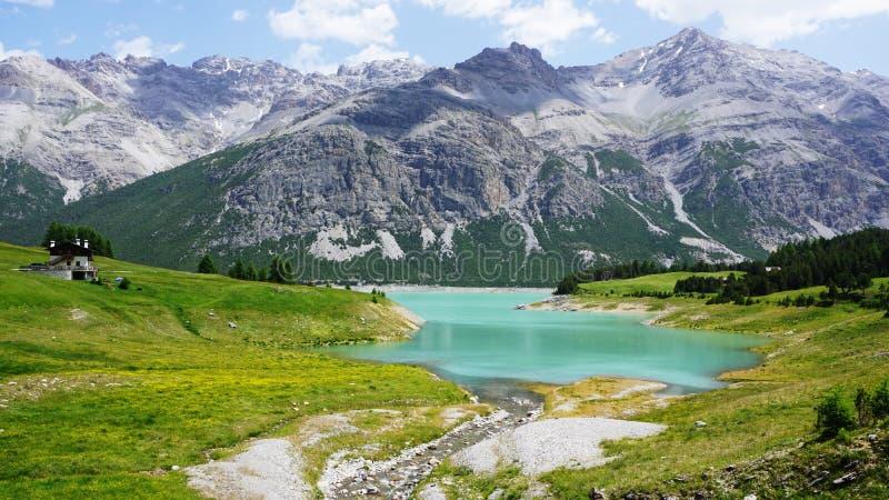 Lago italiano da montanha dos cumes imagem de stock