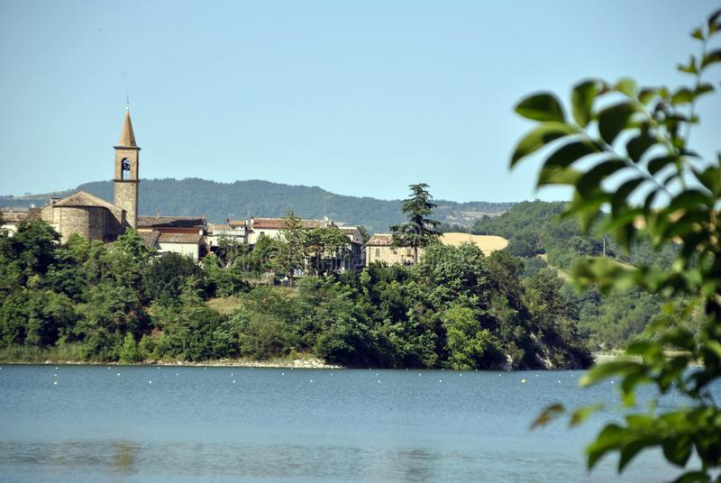 Lago italiano en la región de Marche fotografía de archivo libre de regalías
